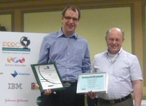 Prof.-Ansgar-Zerfass-nimmt-die-Auszeichnung-des-Institute-fuer Studie-Social-Media-Governance-entgegen.